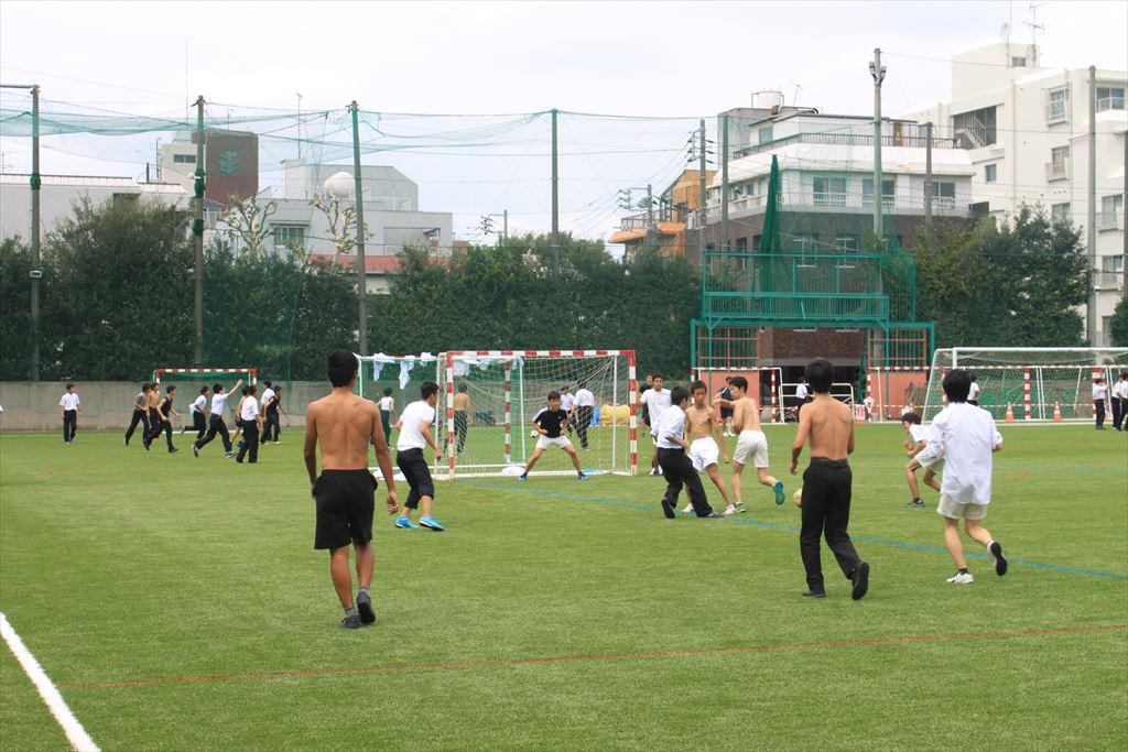 昼休みのサッカー