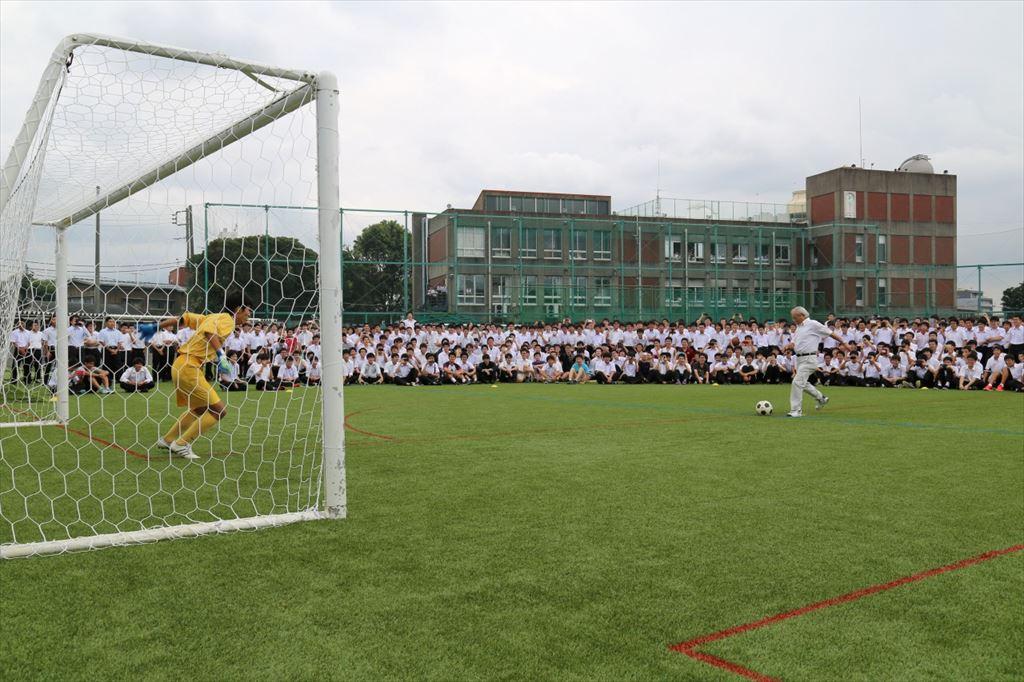 生徒の大歓声の中,校長による始球式